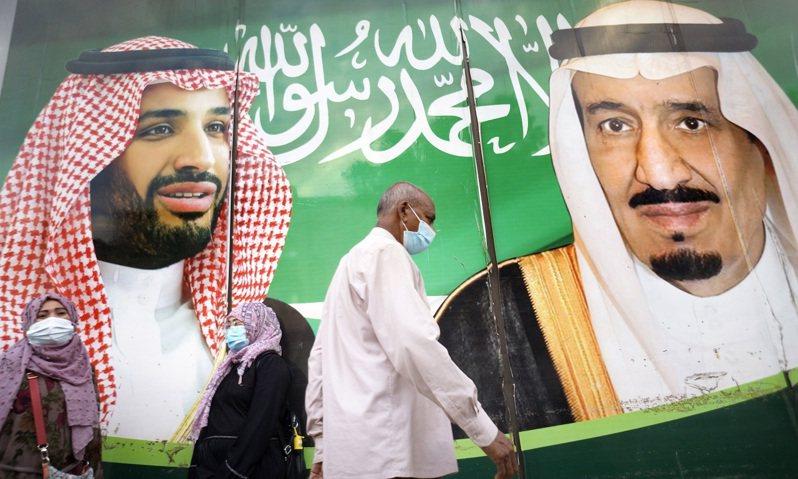 沙烏地阿拉伯吉達民眾5日行經沙爾曼國王與穆罕默德王儲的壁畫。美聯社