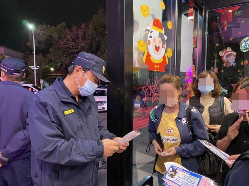 豐原警分局發送精心製作的口罩給民眾,宣導各類案件犯罪預防。圖/豐原警分局提供