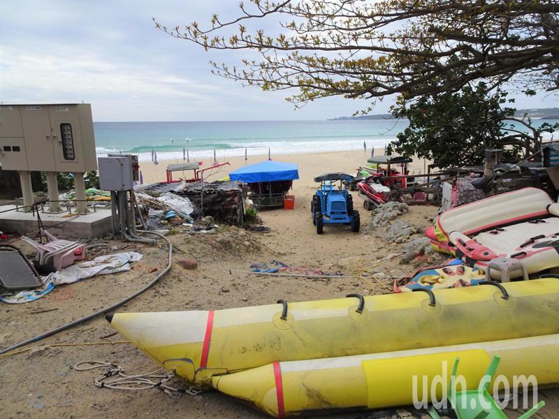 墾丁南灣遊憩沙灘被譽為台灣最具國際級水準的海灘,但水上活動相關器材任意堆置岸邊,拖曳水上摩托車的曳引車排放凌亂,讓遊客看了直搖頭。記者潘欣中/攝影