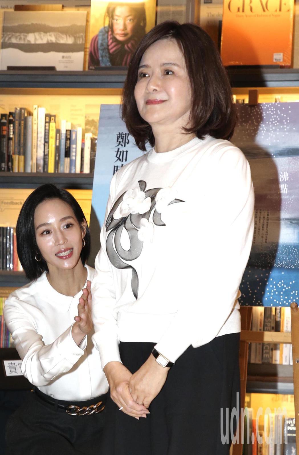 張鈞甯(左)現身作家媽媽鄭如晴(右)「沸點」分享會,獻花送茶壺,為母親站台,展現...