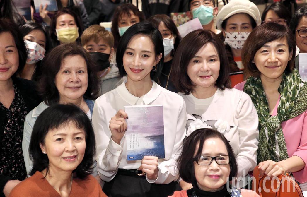 張鈞甯(中)現身作家媽媽鄭如晴新書「沸點」分享會,為母親站台。記者林俊良/攝影