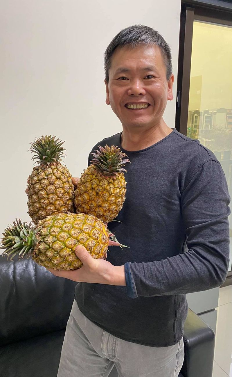 國民黨立委林為洲今天在臉書呼籲大家吃鳳梨,全國每位成年公民吃四個就可以去化銷陸的總量。圖/取自林為洲臉書