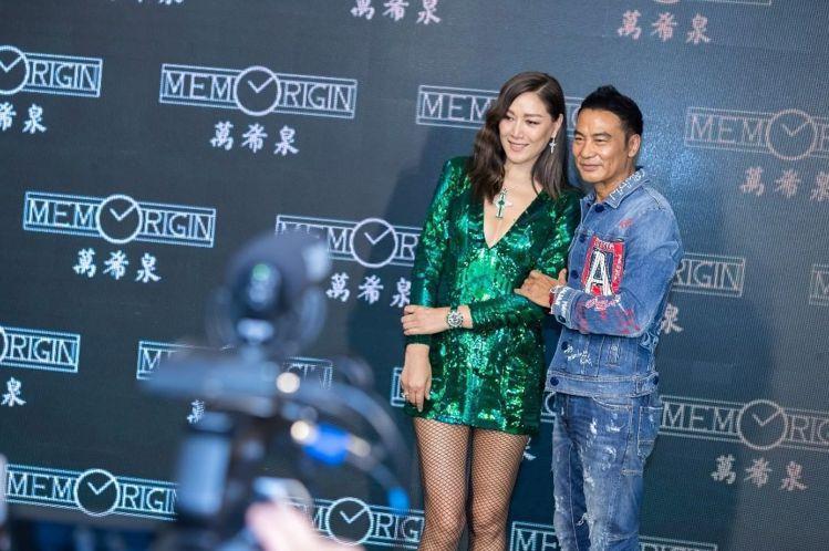 香港手表品牌「萬希泉」的娛樂圈關係良好,2018年的記者會上,便曾邀請任達華與妻...