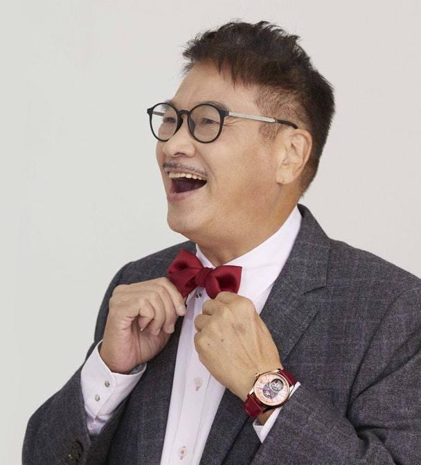 吳孟達去年為萬希泉拍攝形象廣告時,穿上西裝、打上領結,傳遞斯文暖男大叔形象。圖 ...