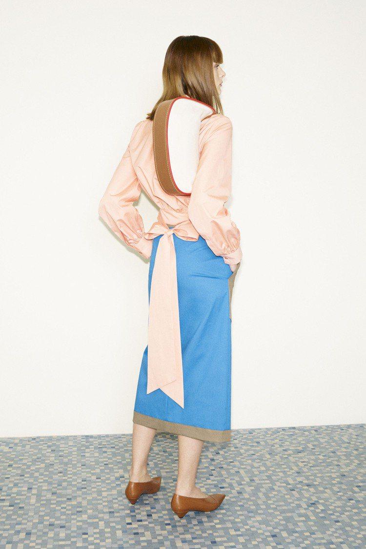 襯衫背後點綴修長的復古蝴蝶結,帶來女性化的飄逸曲線。圖/TOD'S提供