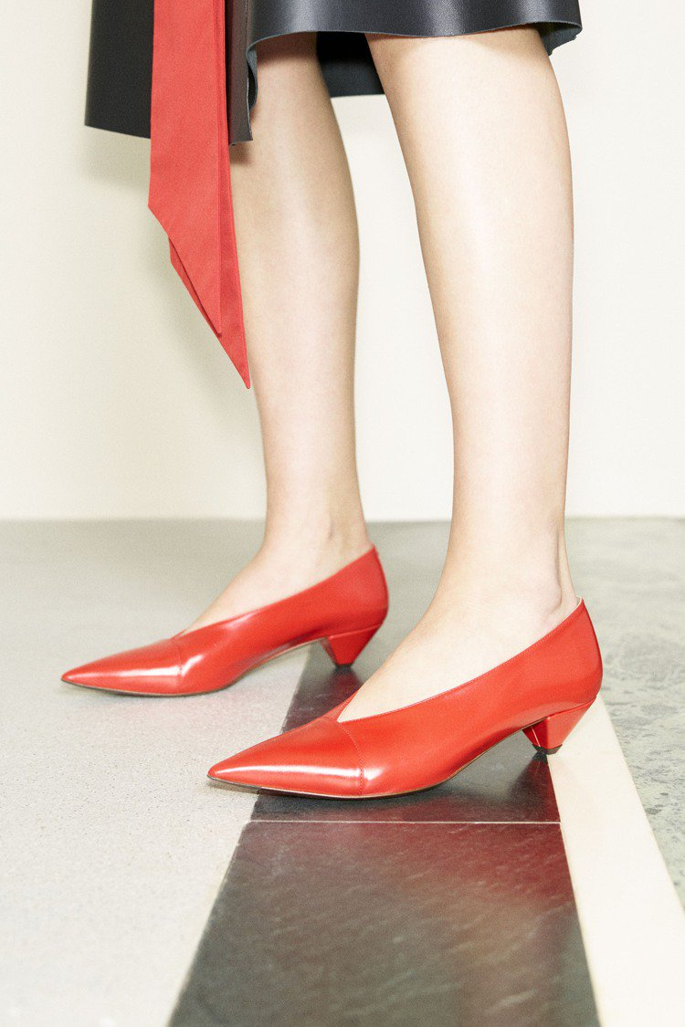 秋冬系鞋款以飽和色彩帶來穩重卻個性強烈的美感。圖/TOD'S提供