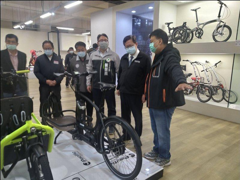 桃園市長鄭文燦今天下午前往新屋太平洋自行車博物館參觀。圖/市府新聞處提供