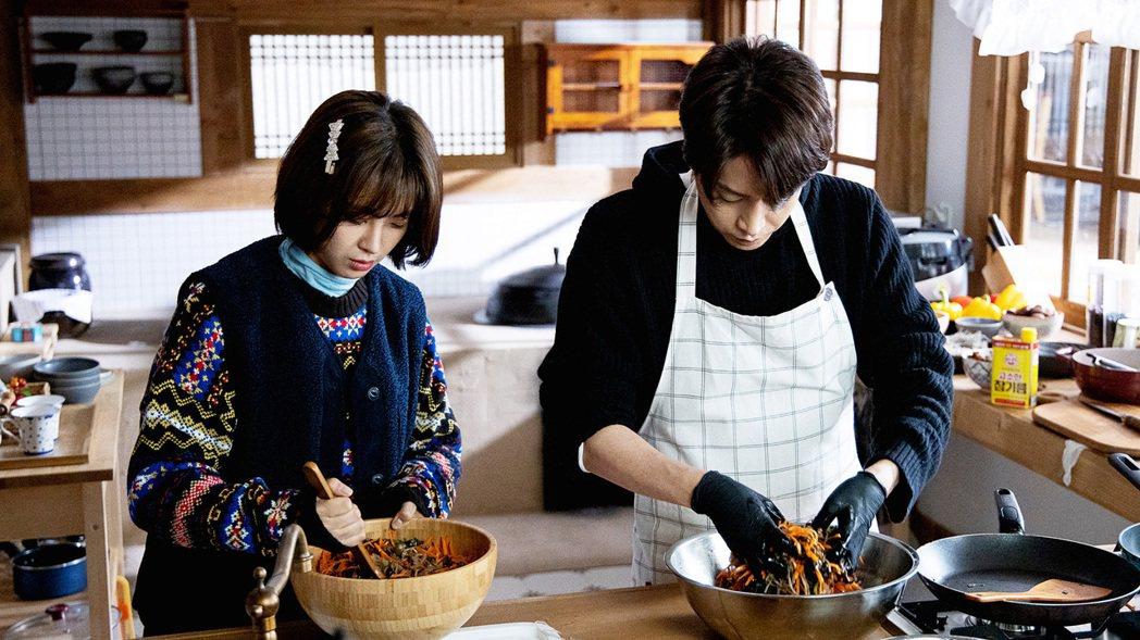Eric文晸赫(右)下廚,高媛熙大讚好吃。圖/東森戲劇台提供