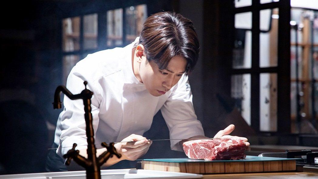 Eric文晸赫本身就很會做菜,在「怪咖!文主廚」 劇中多數料理都由他親自製作。圖