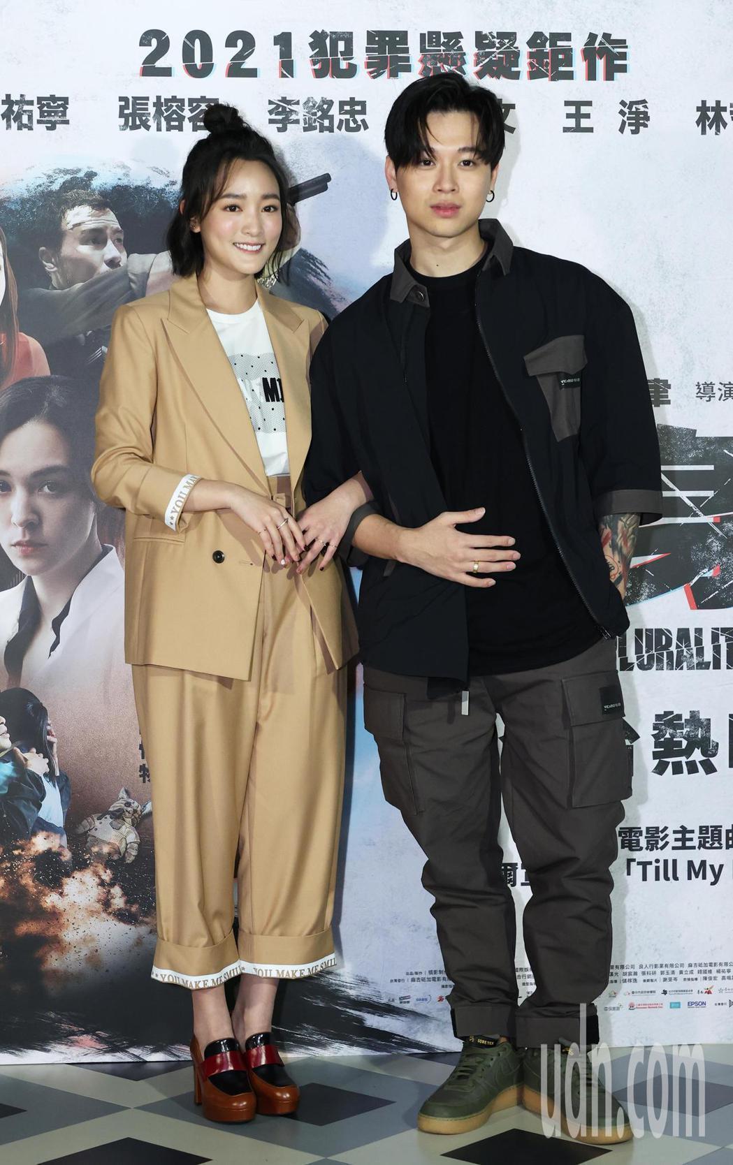 演出「複身犯」的王淨與主題曲演唱人高爾宣(右)在台北京站威秀充當一日店長。記者潘