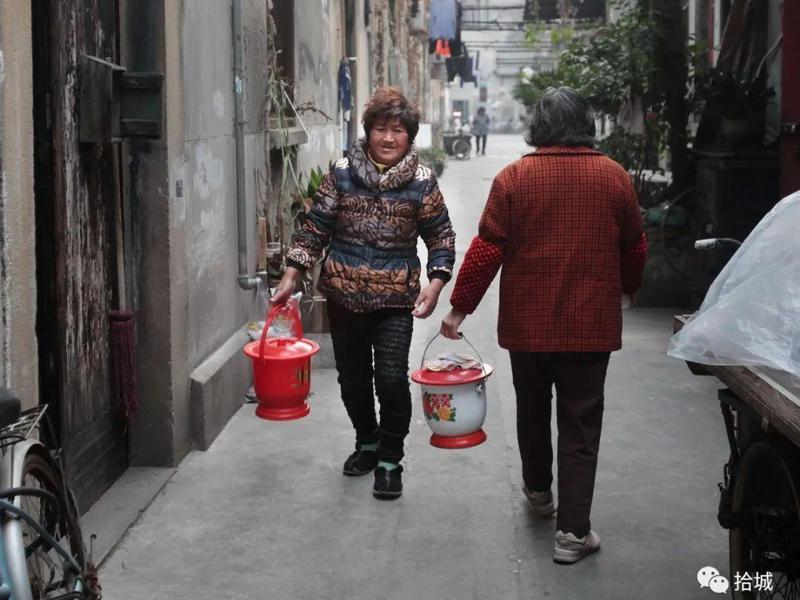 痰盂(尿盆)解決大陸設備簡陋住家的衛生問題,一早大爺大媽們就提著尿盆前往公共廁所倒掉。圖/取自百度