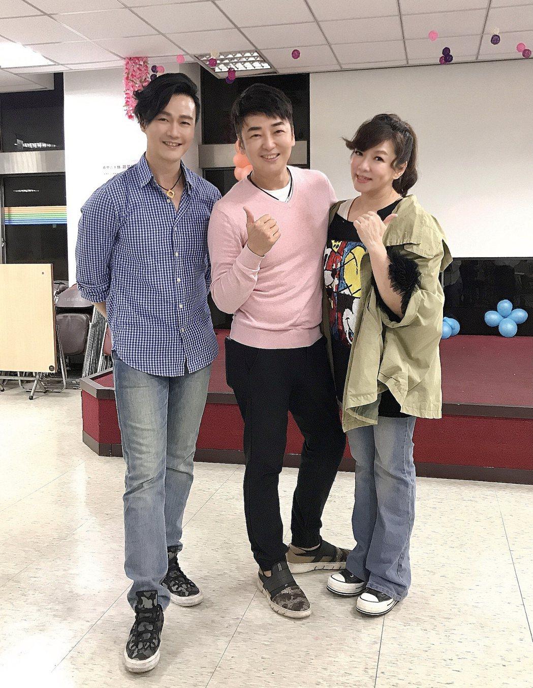 趙詠華(右)、林俊逸(左)應羅文聰之邀擔任歌唱班的客座導師。圖/遠雄創藝事業股份