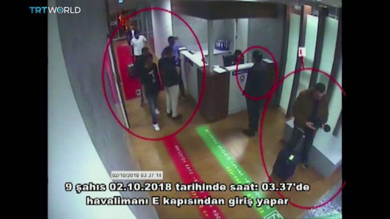 二○一八年十月二日,监视器拍到沙国「暗杀小队」成员搭乘私人飞机抵达土耳其伊斯坦堡阿塔图克机场。萤幕上的土耳其文写着「二○一八年十月二日凌晨三点卅七分左右,九个人从E门进入机场」。(美联社)(photo:UDN)