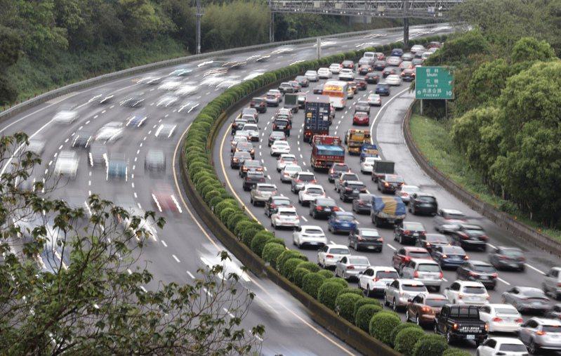 二二八連假首日,國道三號南向三鶯至龍潭之間,昨天大批車潮湧現,整個南下車道呈現塞爆狀態。記者許正宏/攝影