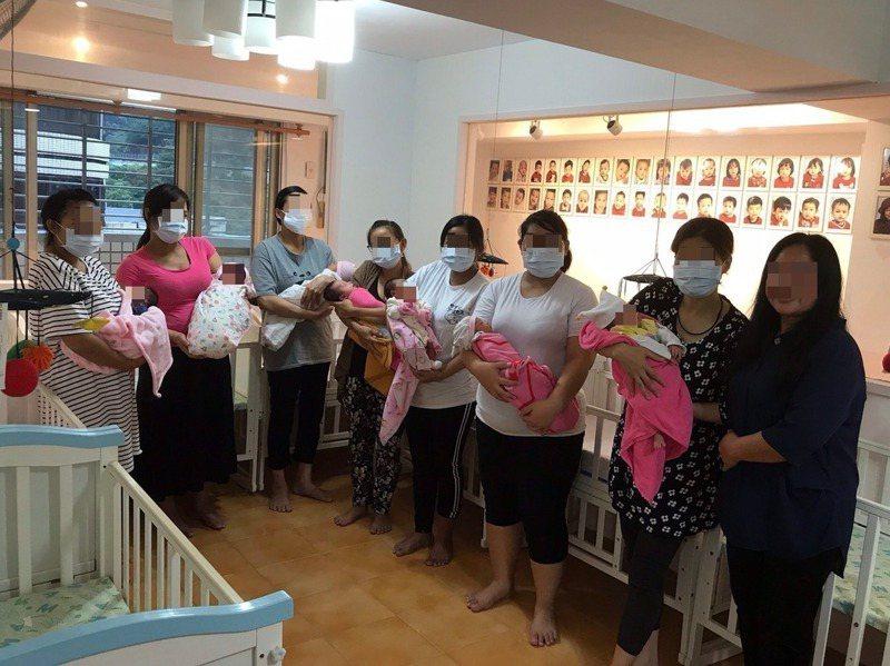 台北市的「關愛之家」,因為懷孕害怕被解雇而逃跑的移工媽媽、生下的無國籍孩子都可在此地得到庇護,這裡讓媽媽安心待產。圖左為關愛之家創辦人楊婕妤。記者馮靖惠/攝影
