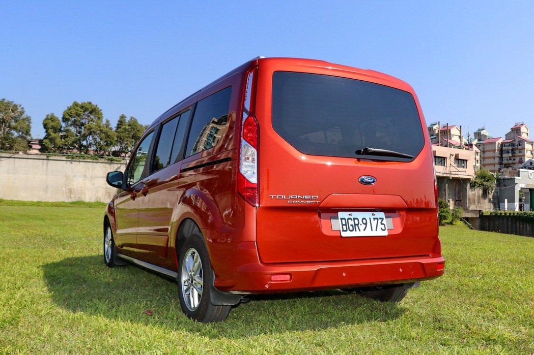 車尾則與多數LAV車款相同,直立式的尾燈搭配一大片的後尾門。 記者陳威任/攝影