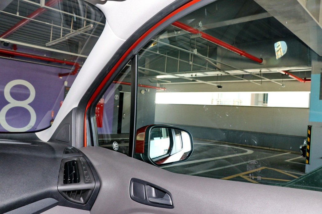透過大面積玻璃,讓A柱死角降到最低。 記者陳威任/攝影