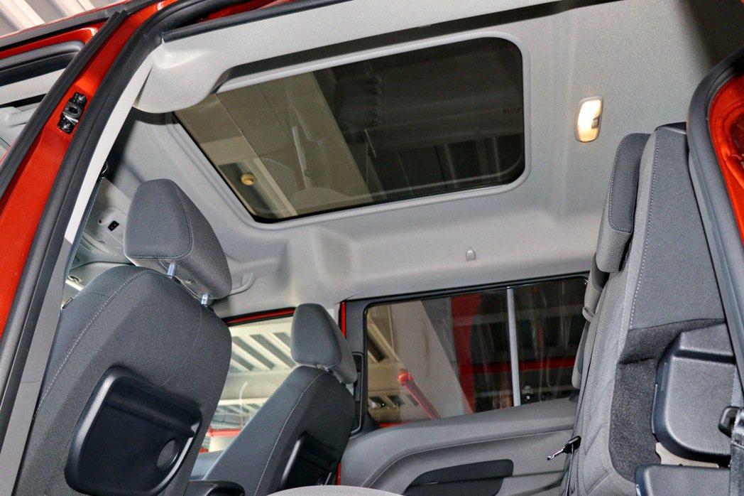 高階車型的天幕式全景天窗設定。 記者陳威任/攝影