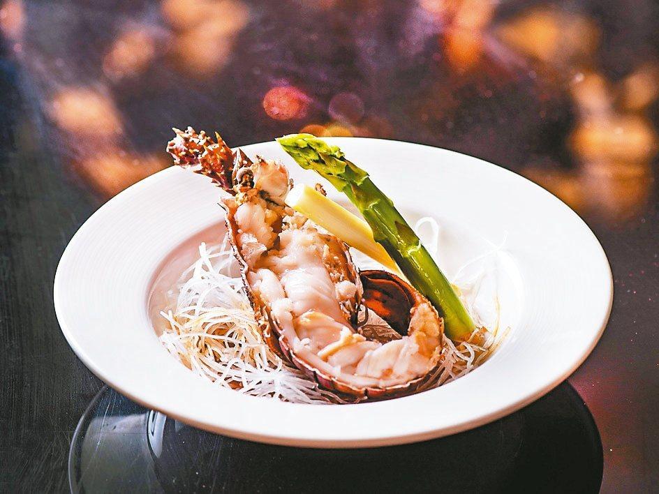 市面上少見的珍珠龍蝦,只需清蒸簡單調味,就能吃出高甜度、肉質爽脆。 大倉久和大飯...