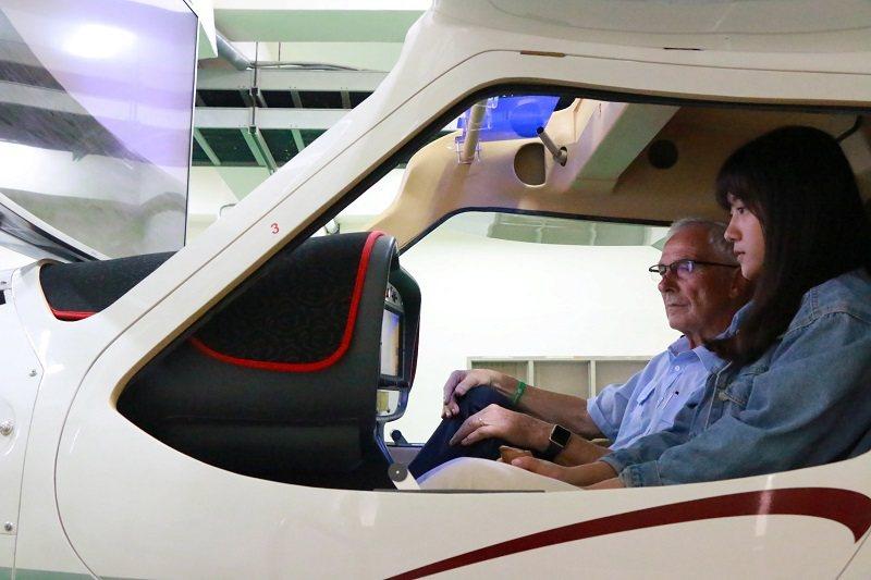 為接軌國際,朝陽科大特別聘請丹麥機師指導學生操作全動式飛行模擬器。 朝陽科大/提...