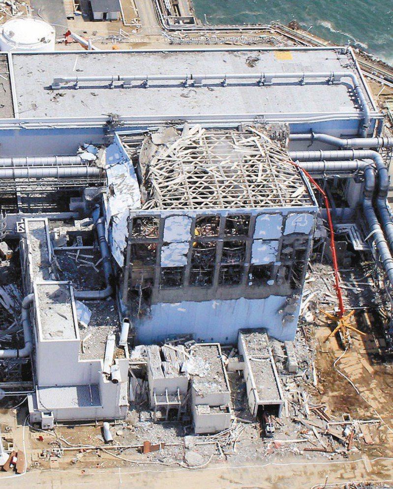 圖為2011年311大地震時,福島第一核電廠發生核災後的破敗情況。 美聯社資料照片