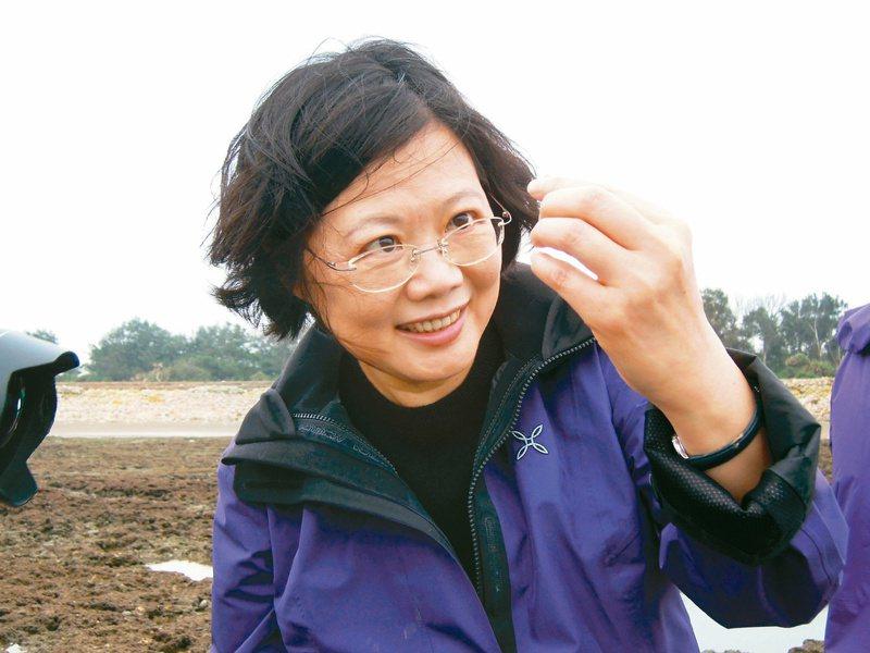 蔡英文總統二○一三年參加桃園藻礁活動,曾親筆寫下「藻礁永存」承諾。圖/潘忠政提供