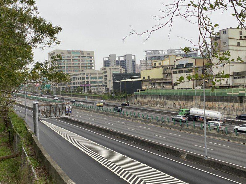 記者今前往勘查,上午8點半國道一號新竹南下路段稍見車潮,時速約80公里,南下新竹系統至頭份僅53公里,北上則未見車潮,非常順暢。記者王駿杰/攝影