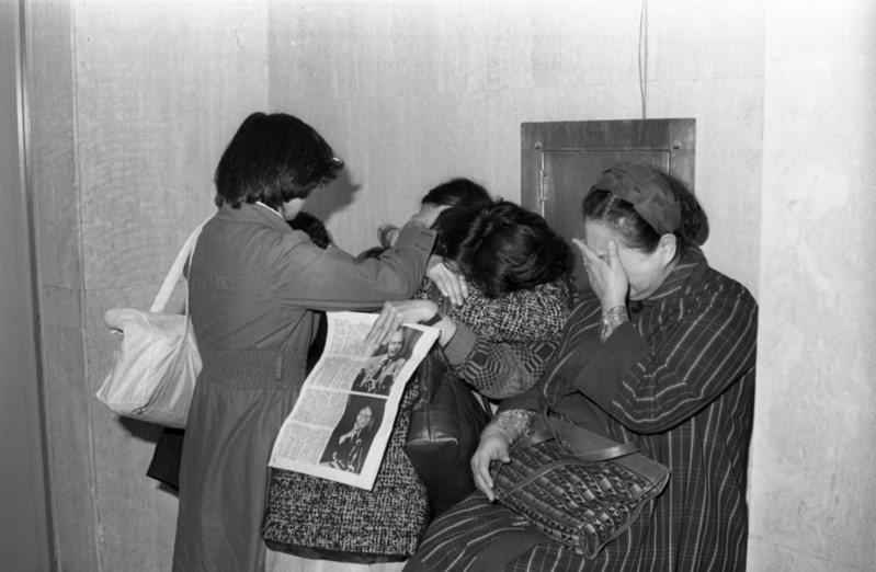 省議員林義雄家中1980年2月28日發生慘絕人寰的血案,家中母親與一對雙胞胎女兒皆遭兇手殺害,親友得知噩耗後於醫院內抱頭痛哭。圖/聯合報系資料照片
