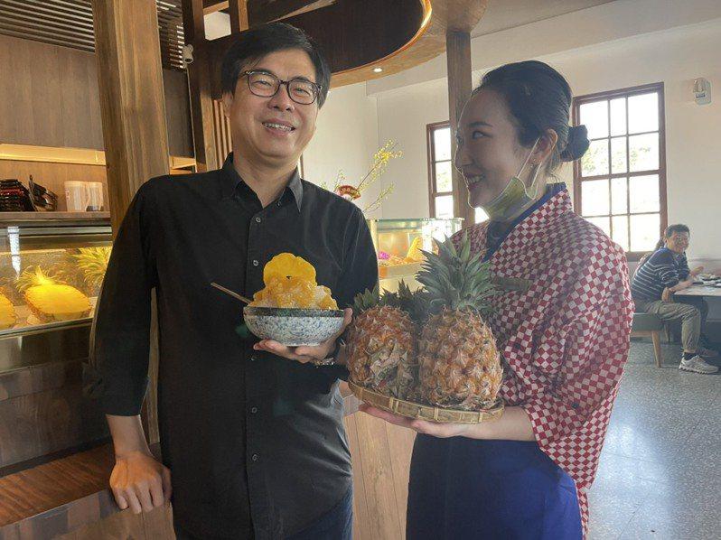 高雄市長陳其邁(左)推薦春田冰亭的「沒在怕鳳梨冰」,由高雄大樹新鮮鳳梨所製成的蜜煉鳳梨,放到滿,加上黃橙澄圓形鳳梨果乾。圖/高雄市農業局提供