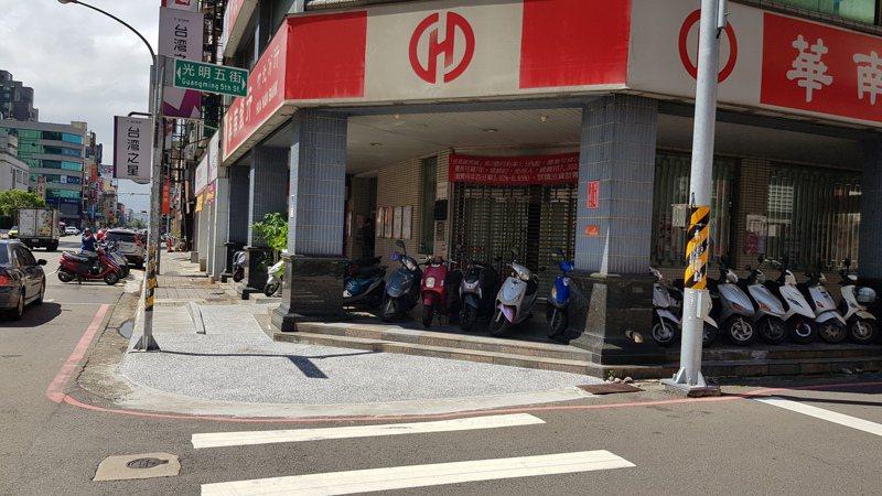 新竹縣近年來推動騎樓整平計畫,改善13處路段,打造適合行走的無礙空間。記者陳斯穎/攝影