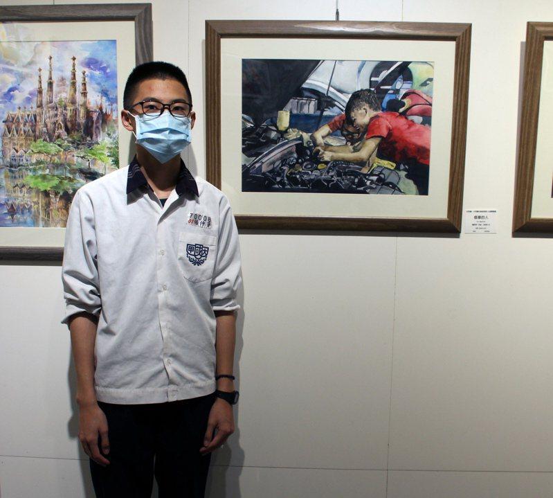 學生楊仲宇與水彩作品「修車的人」。圖/台中市港區藝術中心提供