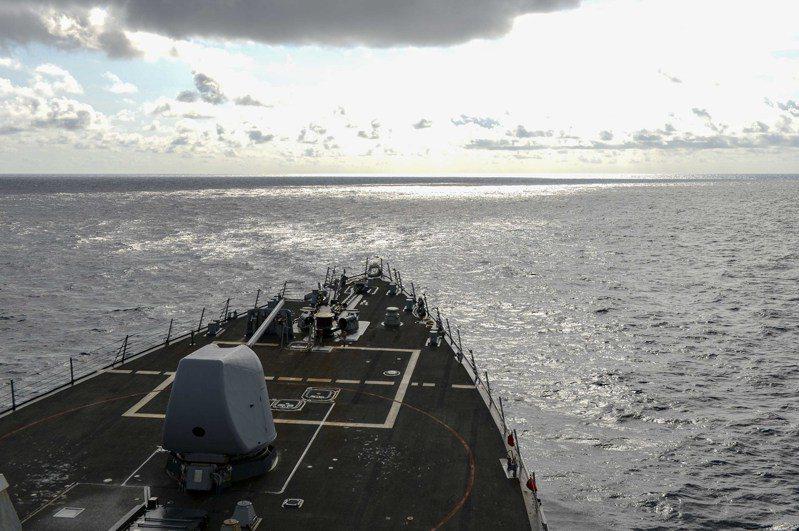 美國海軍神盾級驅逐艦拉塞爾號17日航行南海。圖/第七艦隊提供