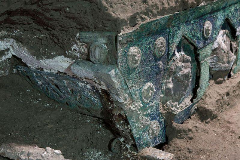 考古学家在庞贝古城的一栋郊区别墅,挖掘出一辆几乎保存完好的古罗马四轮礼车。法新社(photo:UDN)