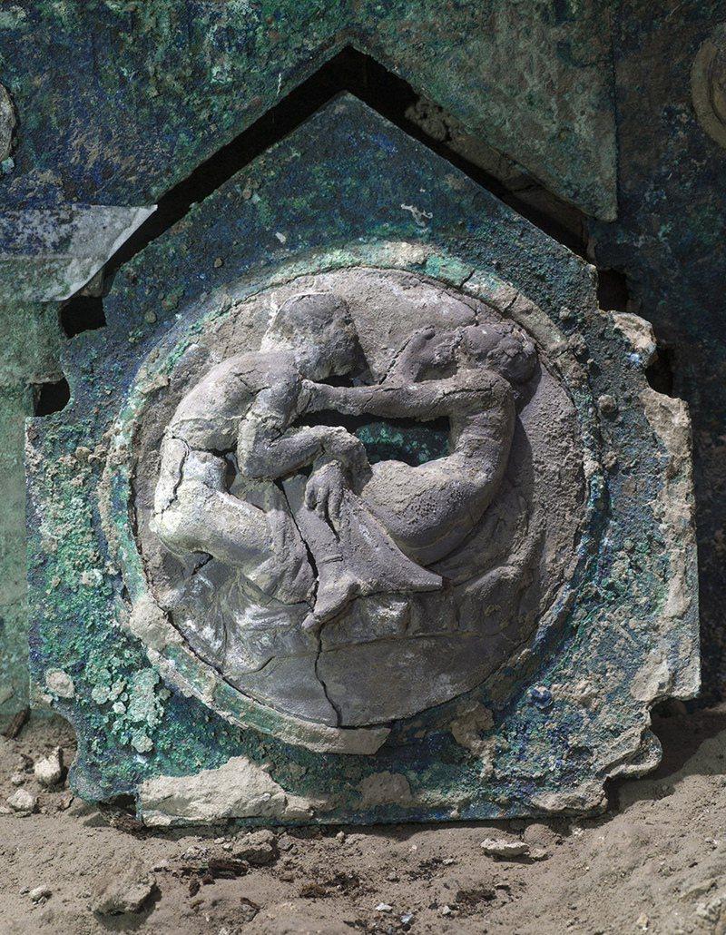 庞贝考古公园声明说,这辆礼车有铁制的零件、铜和钖的装饰,几乎保存完整。美联社(photo:UDN)