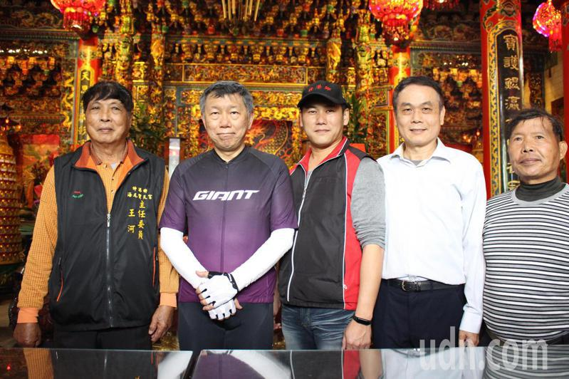台北市長柯文哲(左二)今騎自行車挑戰「一日北高」,抵達彰化伸港寶天宮檢查點。記者林敬家/攝影