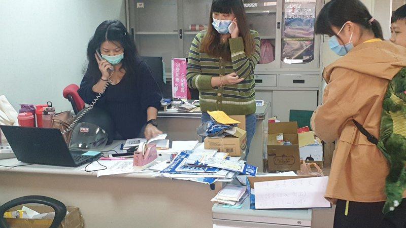 總部工作人員每天有接不完的電話,希望連署安全門檻能衝新高。記者鄭國樑/攝影