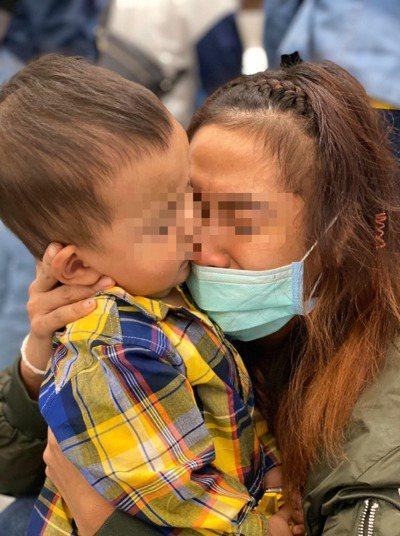 有些移工懷孕後逃跑被抓,關愛之家幫忙照顧她們的孩子,等到移工要被遣返當天,關愛之家的工作人員把孩子送到機場,跟著媽媽一起回國,每次母子在機場見面時,母親都會痛哭。圖/楊婕妤提供