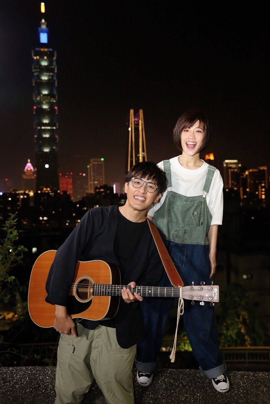 莊鵑瑛(右)與團長沈聖哲合組的棉花糖休團8年後復出。圖/環球音樂提供