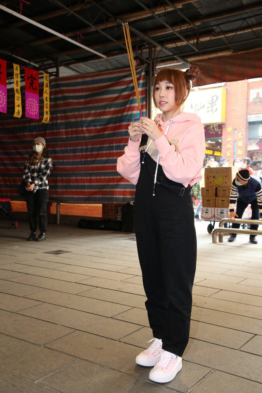 艾薇在台北霞海城隍廟虔誠拜拜。記者胡經周/攝影