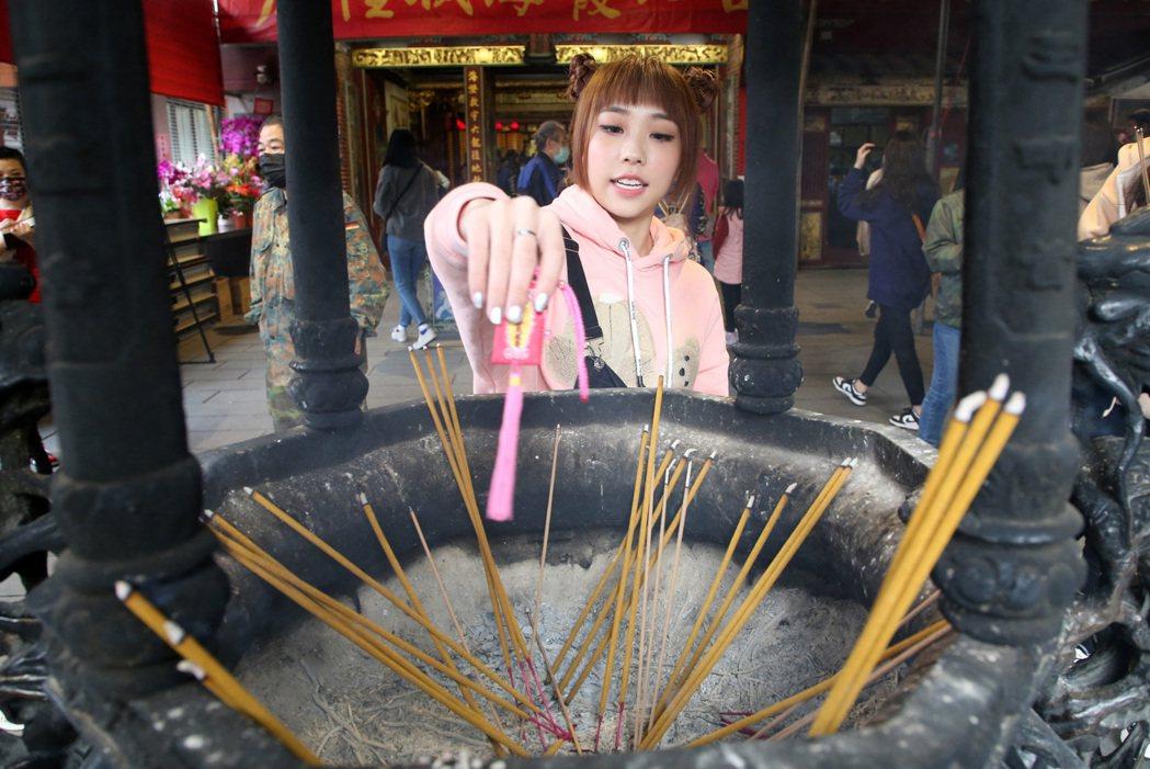 艾薇隨身攜帶平安符,年前到台北霞海城隍廟拜拜求好運。記者胡經周/攝影