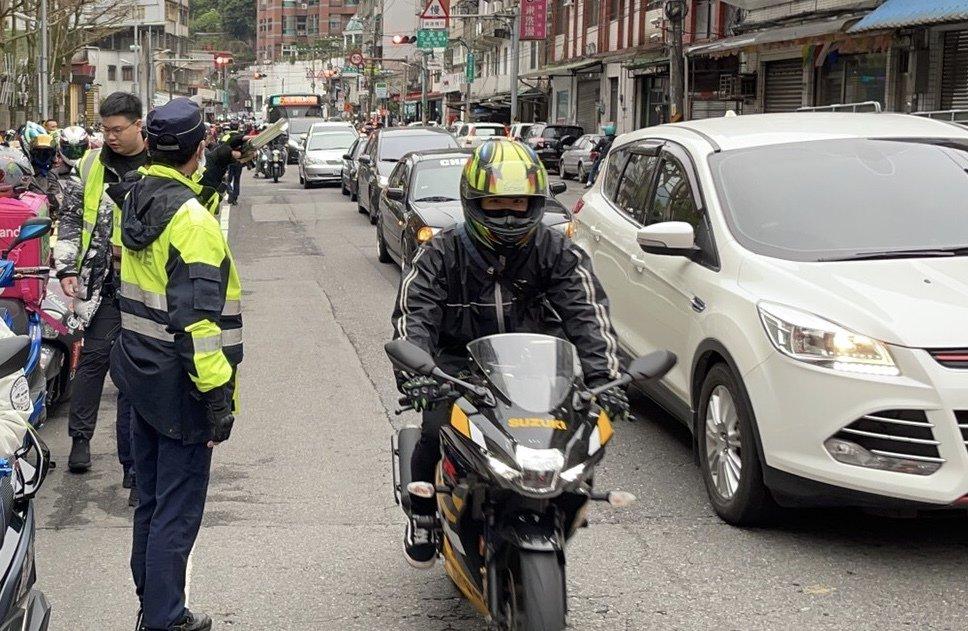 民間團體今天發起北宜區間乖寶寶爭取權益,北宜公路部分路段因爲車多,車行速度較慢,...