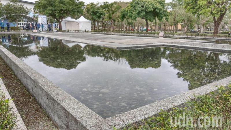 宜蘭縣228紀念物名為「歷史之澄鏡」位於運動公園,表面看去是一池水,池水往下垂流,地面以下才是紀念物的主體,寧靜而深沉。記者戴永華/攝影