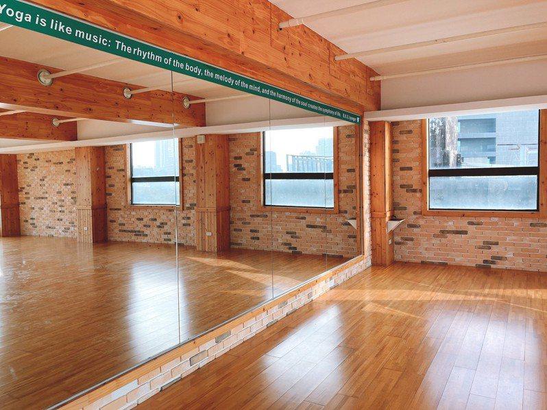 「雄校聯社團養成實驗室」提供練舞空間,也透過講座活動增進對表演藝術產業的認知,進行職涯探索。圖/高雄市青年局提供