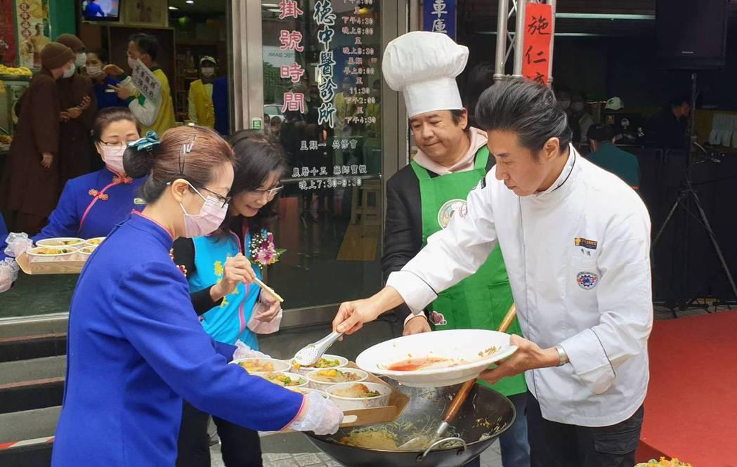 陳鴻現場協助分菜。記者李姿瑩/攝影