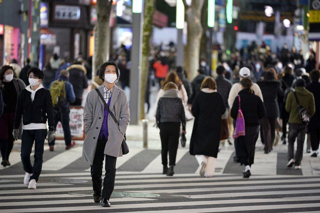日本首都圈尚未解除緊急狀態,但日本媒體指出,街頭已開始出現人潮。圖為日本街景,歐...