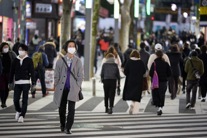 日本首都圈尚未解除緊急狀態,但日本媒體指出,街頭已開始出現人潮。圖為日本街景。歐新社