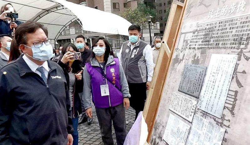 桃園市長鄭文燦(左)主持桃園市228追思紀念儀式,仔細觀看史料及照片,向受難者表達追思。記者曾增勳/攝影