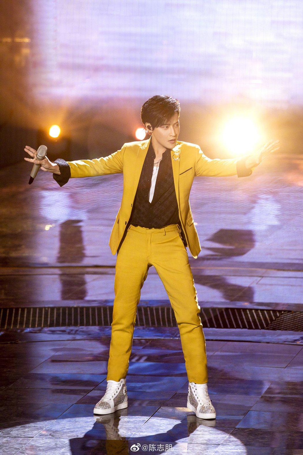 陳志朋在「追光吧哥哥」總決賽唱跳金曲「青蘋果樂園」。圖/摘自微博