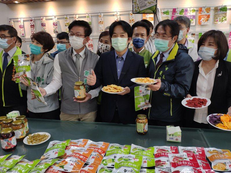 農委會今下午在台南宣布,今年啟動鳳梨產地保價收購,圖為副總統賴清德(中)、台南市長黃偉哲(右二)帶領與會者挺台灣鳳梨情形。記者謝進盛/攝影