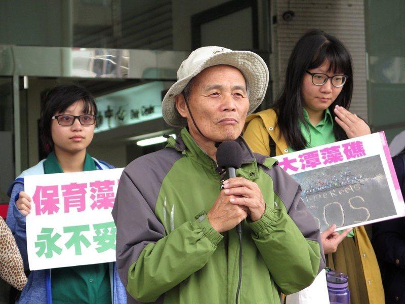 環團發起珍愛藻礁公投連署如火如荼進展,珍愛藻礁公投小組領銜人潘忠政(中)盼台灣第一次環境生態公投連署3月2日達標。記者曾增勳/翻攝